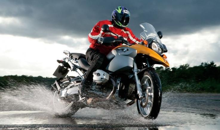 10 claves para conducir una moto con lluvia